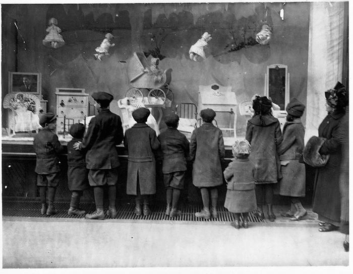 Macy's 1909 Holiday Window